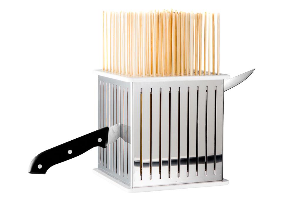 dimostrazione di utilizzo del coltello per la preparazione degli spiedini in casa